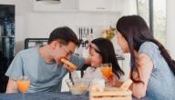 كيف تعلمين طفلكِ آداب المائدة والطعام؟