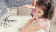متى ينبغي لطفلك غسل يديه في المدرسة، وكيف تعلمينه الخطوات؟