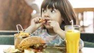 نصائح تساعدك في التقليل من تناول أبنائك للوجبات السريعة