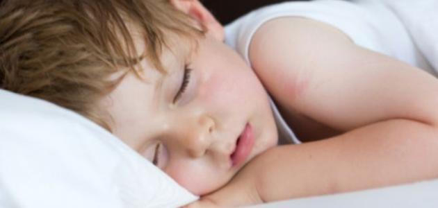 أسباب تعرق الطفل أثناء النوم