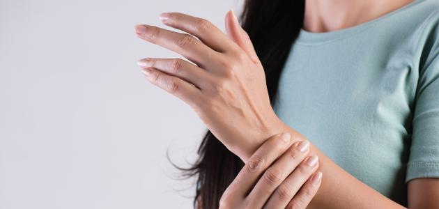أسباب تنميل اليدين والقدمين أثناء النوم