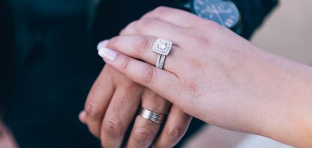 في أي أصبع يلبس خاتم الزواج وخاتم الخطوبة؟