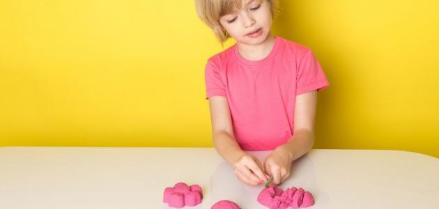كيف تصنعين الرمل السحري مع أطفالك بمكونات سهلة
