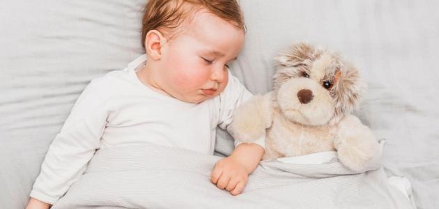 ما هو العمر المناسب لفصل الطفل عن والديه في النوم؟