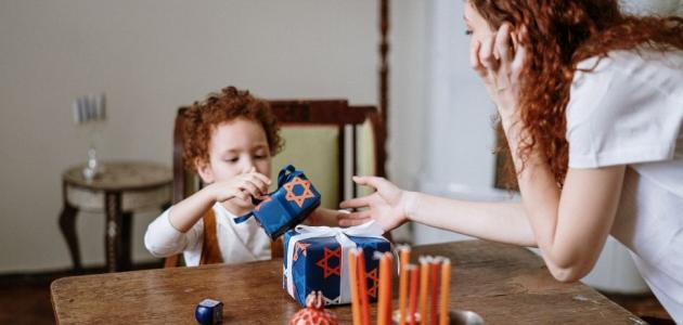 كيف تشغلين وقت طفلكِ الوحيد في المنزل؟