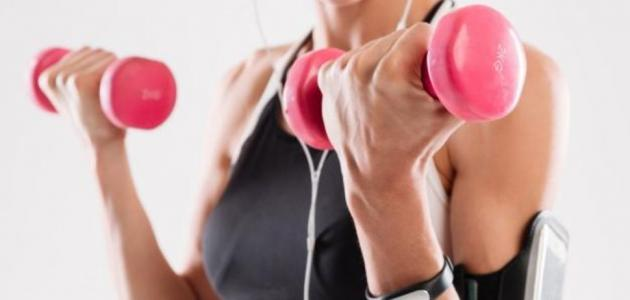 7 تمارين رياضية يمكنك استخدام الدمبل فيها