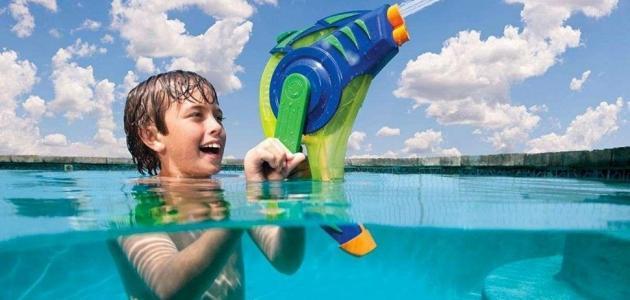 ألعاب يستمتع بها أطفالك أثناء السباحة