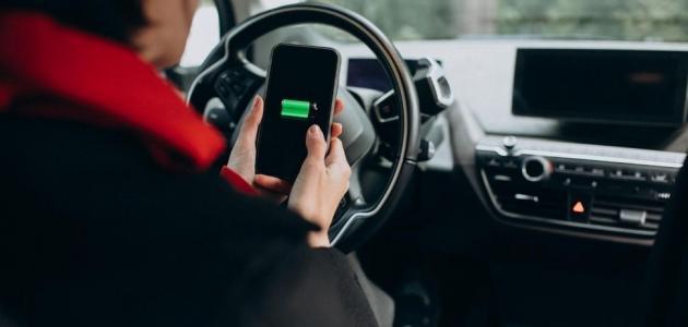 هل من الخطأ شحن الهاتف في السيارة؟
