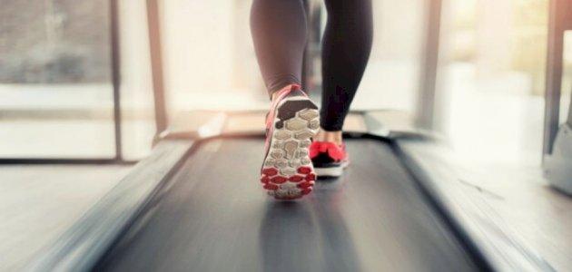 ما هي أسباب انبعاث رائحة من جهاز المشي؟