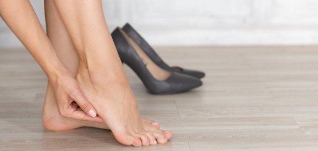 أسباب ألم كعب القدم عند المشي: هل الحذاء هو السبب؟