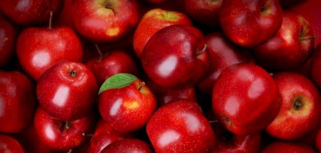 فوائد التفاح الأحمر: هل يحافظ على صحة عينيك؟
