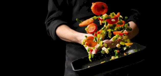 لا تفوتي هذه الوصفة السهلة لسلطة الخضروات المقلية بالصوص!