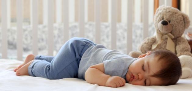 أضرار نوم الرضيع على بطنه